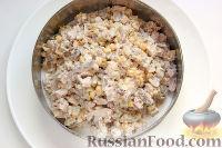 Фото приготовления рецепта: Салат с курицей, грибами и ананасами - шаг №8