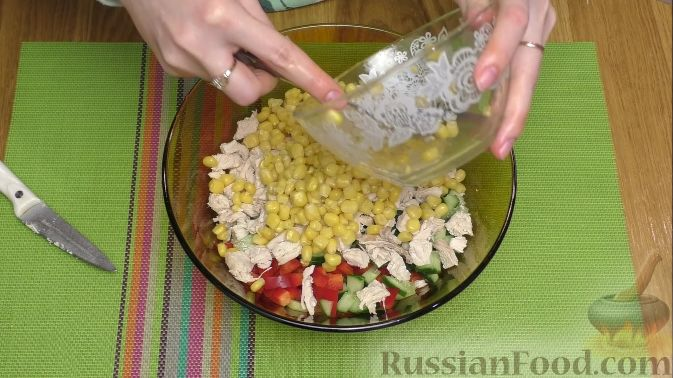 салат калейдоскоп рецепт с сухариками и курицей и изюмом