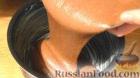 Фото приготовления рецепта: Бисквит «Шоколад на кипятке» со сметанным кремом - шаг №5