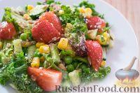 Фото к рецепту: Весенний салат с клубникой, огурцом и кукурузой