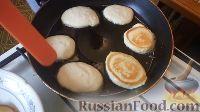 Фото приготовления рецепта: Пышные оладьи на кефире - шаг №4