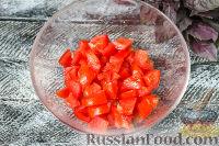 """Фото приготовления рецепта: Салат """"Гусарский"""" с колбасой и помидорами - шаг №2"""