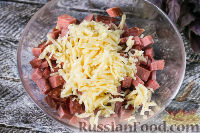 """Фото приготовления рецепта: Салат """"Гусарский"""" с колбасой и помидорами - шаг №4"""