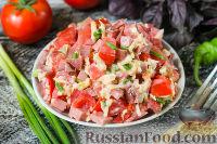 """Фото приготовления рецепта: Салат """"Гусарский"""" с колбасой и помидорами - шаг №6"""