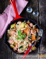 Фото к рецепту: Тушеная капуста с картошкой и сосисками