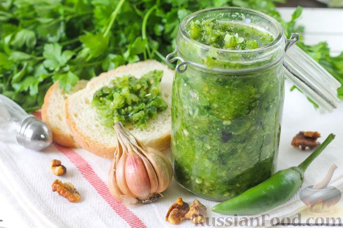 Домашнее зеленое масло с чесноком и орехами изоражения