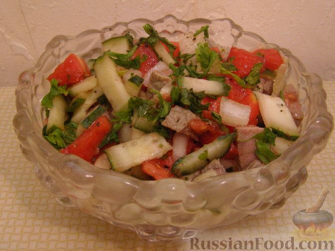 Кинзу, зеленый лук и укроп требуется мелко порубить.