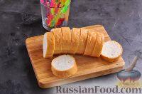 Фото приготовления рецепта: Канапе с колбасой и сыром - шаг №2