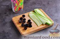 Фото приготовления рецепта: Канапе с колбасой и сыром - шаг №4
