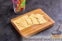 Фото приготовления рецепта: Канапе с колбасой и сыром - шаг №6