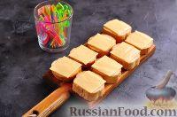 Фото приготовления рецепта: Канапе с колбасой и сыром - шаг №7
