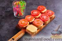 Фото приготовления рецепта: Канапе с колбасой и сыром - шаг №8