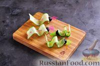 Фото приготовления рецепта: Канапе с колбасой и сыром - шаг №10