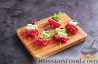 Фото приготовления рецепта: Канапе с колбасой и сыром - шаг №11