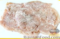 Фото приготовления рецепта: Куриный рулет с сыром и укропом - шаг №4
