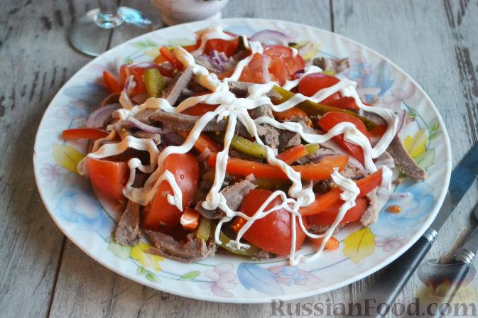 Салат из языка с соленым огурцом и болгарским перцем