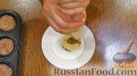 Фото приготовления рецепта: Мясные капкейки (кексы) с начинкой - шаг №6