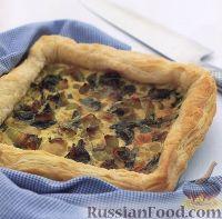 Фото к рецепту: Пирог из слоеного теста с луком-пореем и шпинатом