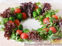"""Фото приготовления рецепта: Салат """"Новогодний венок"""" - шаг №9"""