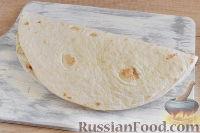 Фото приготовления рецепта: Кесадилья с курицей и сыром - шаг №10