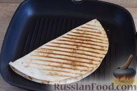 Фото приготовления рецепта: Кесадилья с курицей и сыром - шаг №11