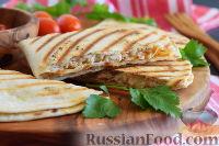 Фото приготовления рецепта: Кесадилья с курицей и сыром - шаг №12