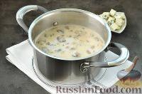 Фото приготовления рецепта: Суп с грибами и голубым сыром - шаг №11