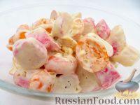 Фото к рецепту: Салат из крабовых палочек и помидоров