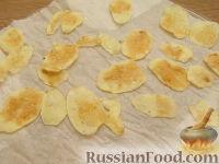 Фото приготовления рецепта: Картофельные чипсы в микроволновке - шаг №3