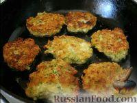 Фото приготовления рецепта: Соленые сырники с кабачком и укропом - шаг №8