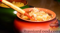 Фото к рецепту: Жаркое из свинины с картошкой в глиняных горшочках, под сырной корочкой