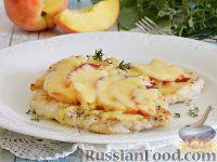 Фото к рецепту: Запеченное куриное филе с персиками, в сливках