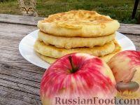 Фото к рецепту: Пышные лепешки на кефире, с карамелизированными яблоками