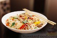 Фото к рецепту: Восточный салат с говядиной, овощами и рисовой лапшой