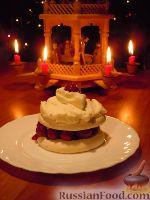Фото к рецепту: Tортики из безе и вишневого желе со взбитыми сливками (новогодние)