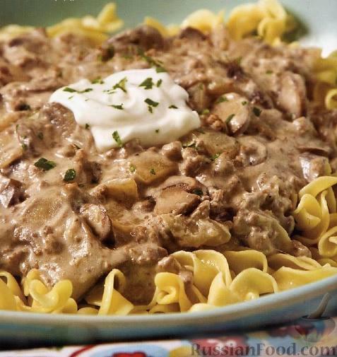 Рецепт Лапша с грибами и мясом по-строгановски
