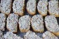 Фото приготовления рецепта: Горячие бутерброды с шампиньонами и сыром - шаг №8