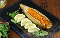 Фото к рецепту: Запечённая скумбрия в духовке, фаршированная морковью и луком