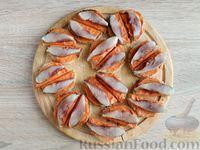 Фото приготовления рецепта: Канапе с сельдью и томатным маслом - шаг №9