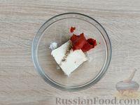 Фото приготовления рецепта: Канапе с сельдью и томатным маслом - шаг №4