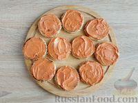 Фото приготовления рецепта: Канапе с сельдью и томатным маслом - шаг №6
