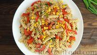 Фото к рецепту: Салат с макаронами, овощами и тунцом