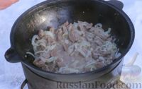 Фото приготовления рецепта: Азу по-татарски, с солёными огурцами - шаг №5