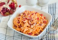 Фото к рецепту: Салат из моркови с гранатом и чесноком