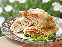 Фото к рецепту: Рулет из лаваша с колбасой, помидорами, сыром и зеленью