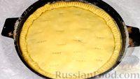 Фото приготовления рецепта: Пирог из песочного теста с джемом, орехами и шоколадной глазурью - шаг №13