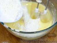 Фото приготовления рецепта: Сочный пирог с клубникой - шаг №5