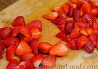 Фото приготовления рецепта: Сочный пирог с клубникой - шаг №6