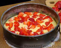 Фото приготовления рецепта: Сочный пирог с клубникой - шаг №7