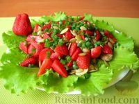Фото к рецепту: Салат с курицей, клубникой и маринованными шампиньонами